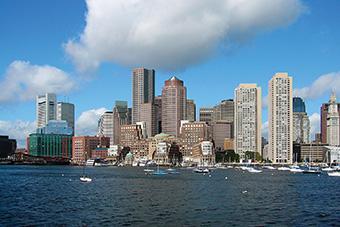 从河上俯瞰波士顿的摩天大楼