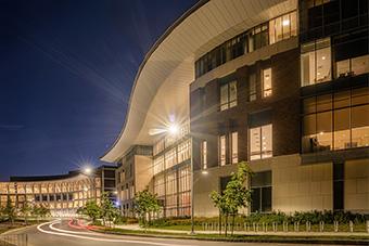 麻省理工学院波士顿大楼的夜晚,外面亮着灯